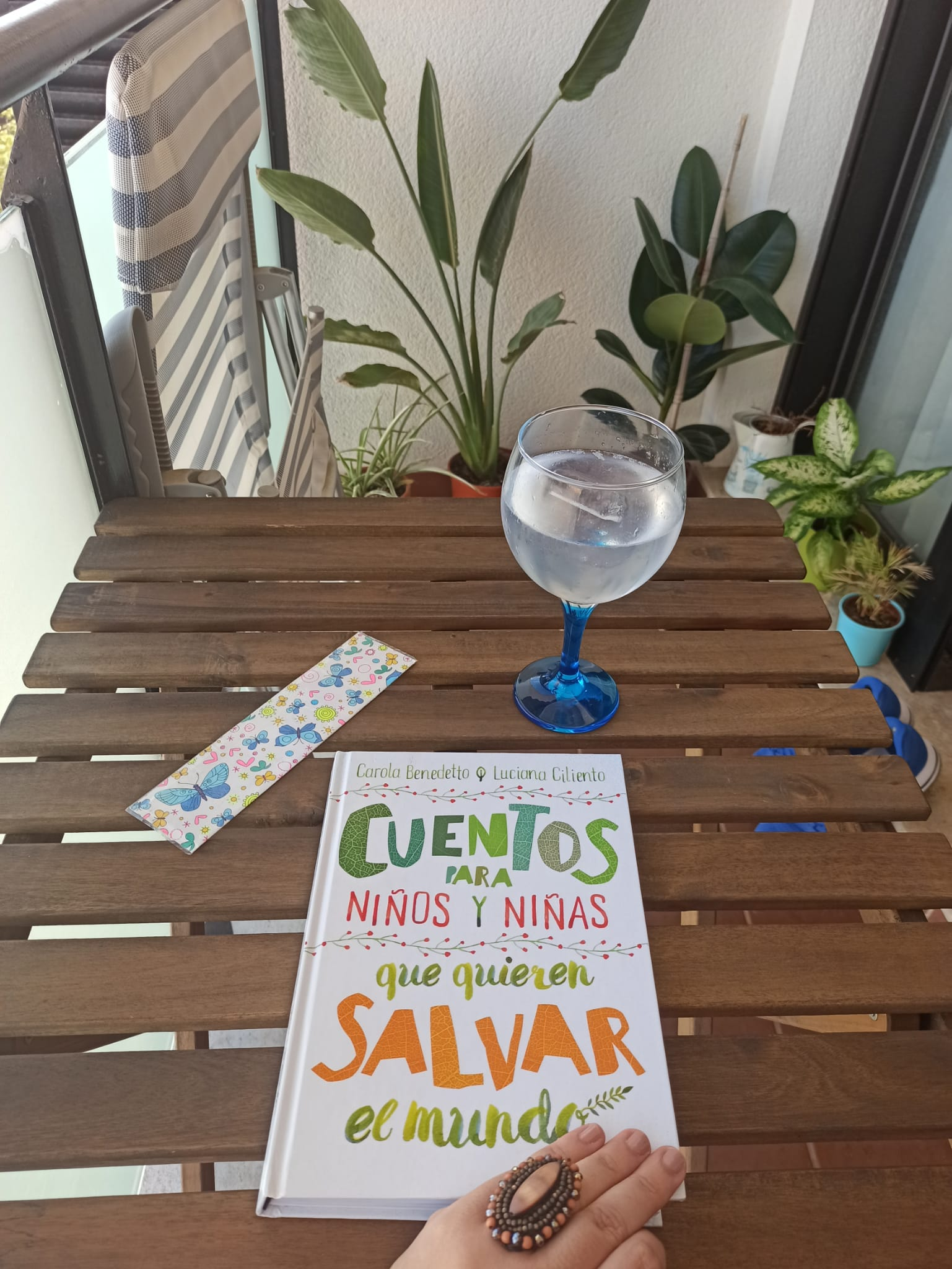 CUENTOS PARA NIÑOS Y NIÑAS QUE QUIEREN SALVAR EL MUNDO, de Carola Benedetto y Luciana Ciliento.